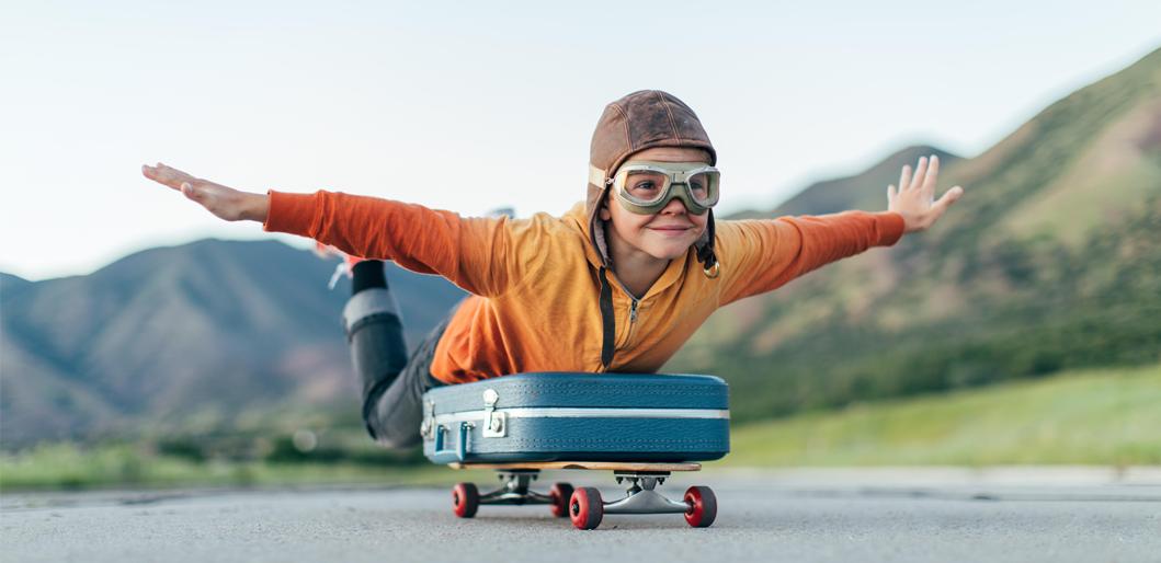 Enfant glissant allongé sur un skateboard