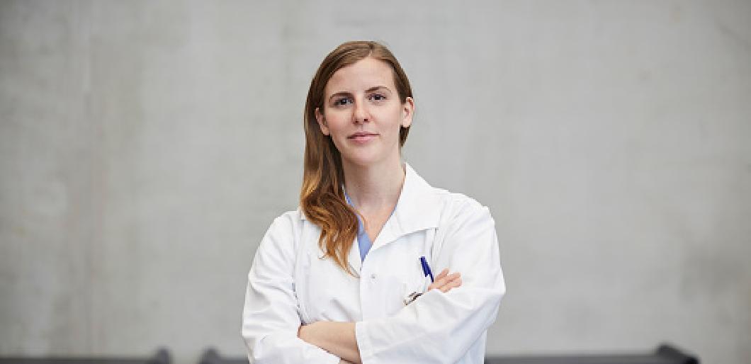 femme chercheuse posant les bras croisés