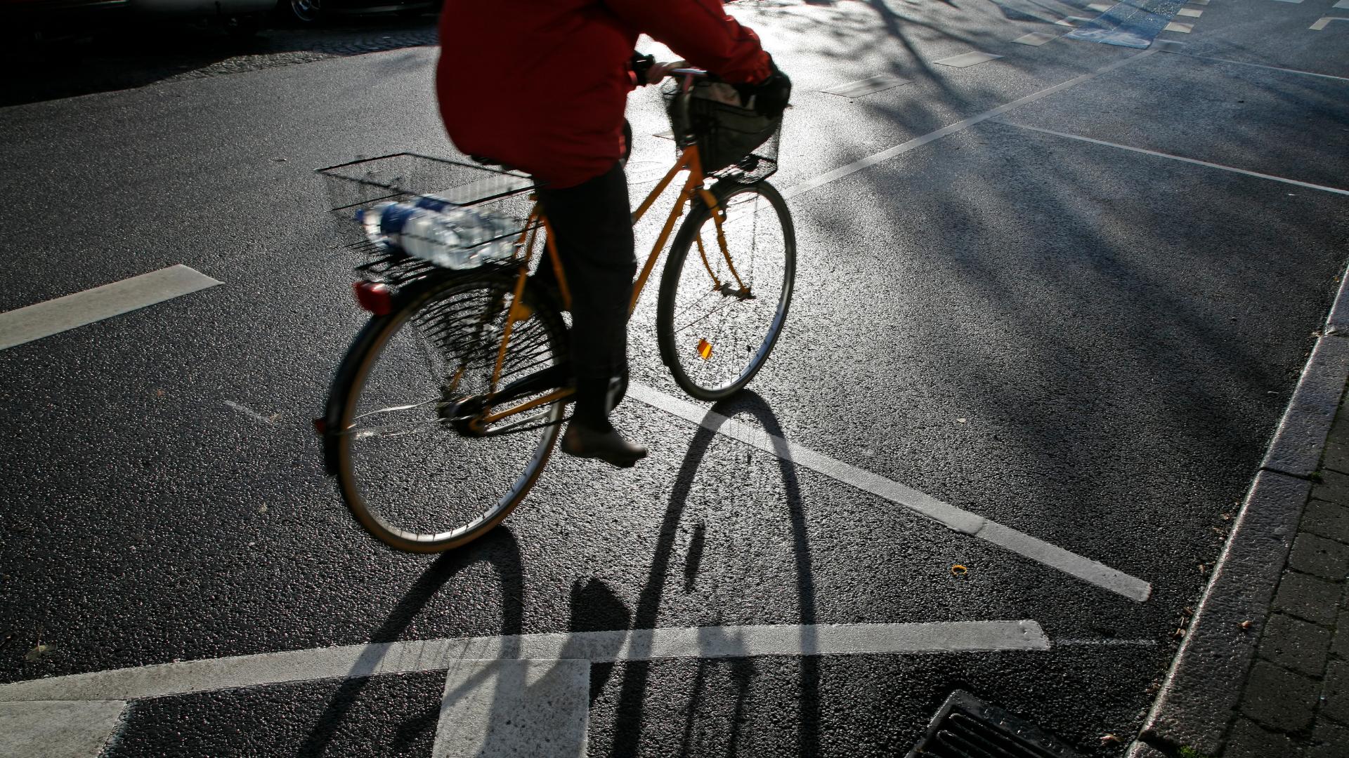 Une personne en vélo